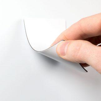 Vitt vändbart plastkort som fäster mot magnet